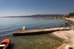 Côte pittoresque de Mer Adriatique pendant l'été pas loin de la fente photos libres de droits