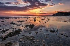 Côte rocheuse au coucher du soleil Image libre de droits