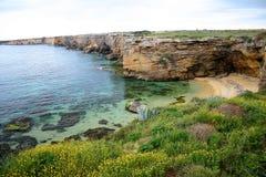 Côte rocheuse avec la plage de sable photos stock