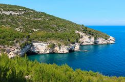Côte rocheuse d'été, Gargano, Puglia, Italie Photos stock
