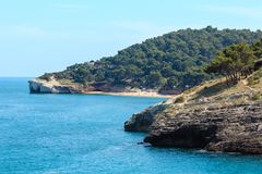 Côte rocheuse d'été, Gargano, Puglia, Italie Photo libre de droits