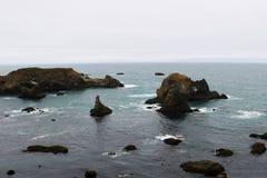 Côte rocheuse dans l'océan pacifique en Californie, états de l'Amérique image libre de droits
