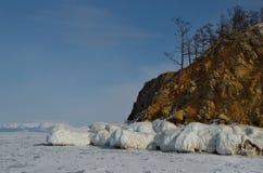 Côte rocheuse de l'île d'Olkhon du lac Baïkal photographie stock