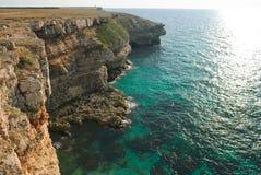 Côte rocheuse de mer verte Images stock