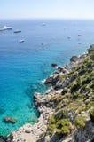 Côte rocheuse et vue d'océan claire de l'eau dans Capri Photos libres de droits