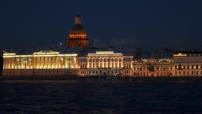 Côte St Petersburg de Neva de nuit image libre de droits