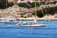 Côte touristique de Moraira avec tout le type des yachts et de voiliers image stock