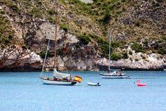 Côte touristique de Moraira avec tout le type des yachts et de voiliers photo stock
