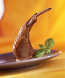 Côtelette d'agneau avec l'ail et le basilic photographie stock