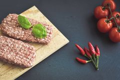 côtelette de bifteck de viande crue pour l'hamburger images stock