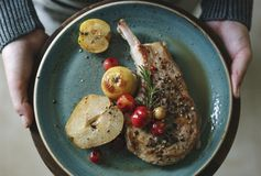 Côtelette de porc avec l'idée de recette de photographie de nourriture de pommes photo stock