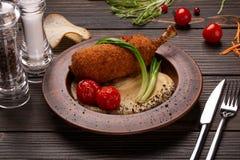 Côtelette de poulet avec de la purée de pommes de terre et des verts Poulet Kiev images stock