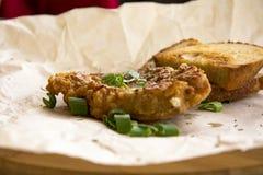 Côtelettes de porc frites fraîches arrosées avec les oignons verts et le ketchup Photographie stock libre de droits