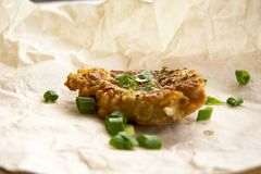 Côtelettes de porc frites fraîches arrosées avec les oignons verts et le ketchup Image stock