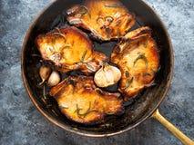 Côtelettes de porc frites par casserole rustique Image libre de droits