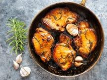 Côtelettes de porc frites par casserole rustique Images stock