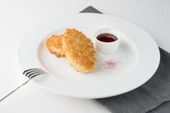 Côtelettes de Pozharsky de poulet de panage avec de la sauce et la décoration image stock