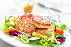 Côtelettes et salade de légume frais du plat blanc Boulettes de viande frites avec de la salade végétale Image stock