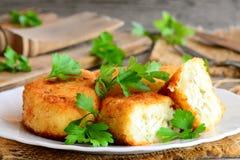 Côtelettes végétales bourrées d'un plat de portion Côtelettes cuites du chou-fleur et des pommes de terre et bourrées de l'oeuf c Photos libres de droits