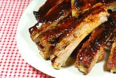 Côtes découvertes de barbecue d'une plaque Images stock