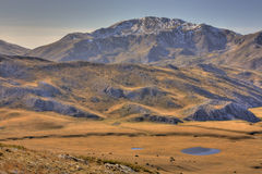Côtes de montagne et deux petits étangs Photographie stock libre de droits