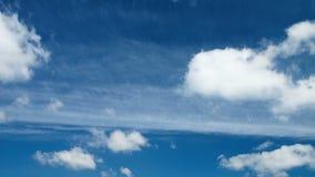 Cúmulo blanco y nubes lanosas que corren a través del cielo azul almacen de metraje de vídeo