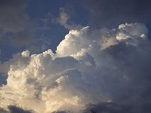 Cúmulo e nuvens de cirro contra o céu azul fotos de stock royalty free