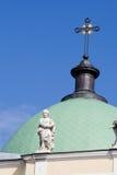 Cúpula de la iglesia con la escultura Fotografía de archivo libre de regalías