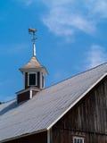 Cúpula del granero con la vaca Weathervan imagen de archivo libre de regalías
