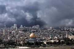 Cúpula del oro de Jerusalén antes de la tempestad de truenos. Imagen de archivo