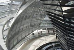 A cúpula sobre a construção de Reichstag em Berlim fotografia de stock