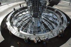 A cúpula sobre a construção de Reichstag em Berlim imagem de stock