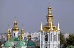 Cúpulas de la iglesia de la natividad de la Virgen y del campanario. Fotografía de archivo