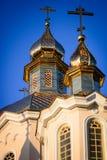 Cúpulas de la iglesia de Ortodox en el cielo azul de la mañana Imagen de archivo