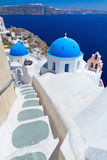 Cúpulas de la iglesia en la isla de Santorini Foto de archivo libre de regalías