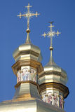 Cúpulas ortodoxos douradas da catedral com cruzes Fotos de Stock Royalty Free