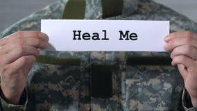 Cúreme escrito en el papel en las manos del soldado, guerra relacionó el tratamiento de las enfermedades almacen de metraje de vídeo