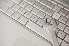 Cążki kłama na srebnej klawiaturze Fotografia Stock