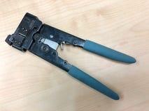 Cążki narzędzie z błękit rękojeściami dla crimping włącznika sieć Obrazy Royalty Free