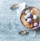 Cętkowani Wielkanocni jajka w Ceramicznym pucharu mieszkaniu kłaść przygotowania Zdjęcie Royalty Free