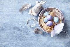 Cętkowani Wielkanocni jajka w Ceramicznym pucharu mieszkaniu kłaść przygotowania Zdjęcia Stock