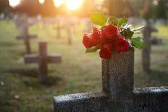 C'è abbondanza delle pietre tombali nel cimitero Immagini Stock