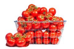 C'è un cestino della spesa in pieno di tomatoe maturo rosso Immagine concettuale delle verdure d'acquisto e di cibo sano Fotografie Stock Libere da Diritti