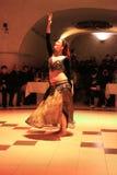 Danza del ventre nella notte turca in Turchia vicino a Cappadocia immagine stock