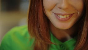 C'è una vista di giovane bella bocca della donna davanti all'interno di seduta della macchina fotografica che sorride e che ride video d archivio