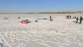 33c 1月横向俄国温度ural冬天 冬天城市和湖的美丽的景色从鸟` s眼睛视图 股票录像