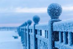 33c 1月横向俄国温度ural冬天 冷淡的早晨,在用霜厚实的层数盖的堤防的铁链子  库存图片