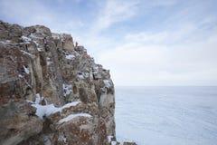 33c 1月横向俄国温度ural冬天 贝加尔湖湖 沿岸航行岩石 库存图片