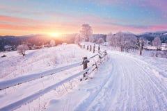 33c 1月横向俄国温度ural冬天 包括的路雪 免版税库存图片