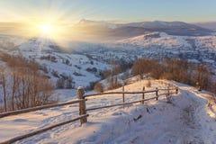 33c 1月横向俄国温度ural冬天 包括的路雪 免版税图库摄影